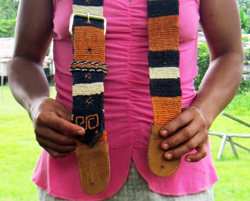 Amazon artisan Felicita Butuna Chichaco from Brillo Nuevo, Peru with chambira fiber Amazon guitar strap - Photo by Yully Rojas/CACE