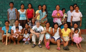 Campbell Plowden with Brillo Nuevo artisans. Photo by Yully Rojas/Center for Amazon Community Ecology