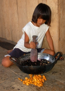 Brillo Nuevo artisan daughter mashing mishquipanga pods for chambira dye. Photo by Campbell Plowden/CACE