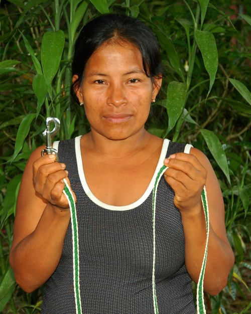 Brillo Nuevo artisan Monica Chichaco with chambira dog leash. Photo by Center for Amazon Community Ecology