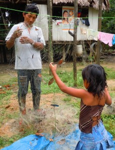 Ocaina man and daughter untangling fishing net at Nueva Esperanza. Photo by Campbell Plowden/Center for Amazon Community Ecology