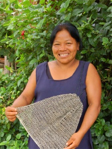 Brillo Nuevo artisan Ines Chichaco with new chambira fiber net bag