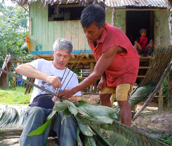 Aurelio teaching Campbell to weave irapay leaves. Photo by Yully Rojas/CACE