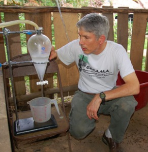 Campbell checking distillation of canela moena leaves. Photo by Yully Rojas/CACE