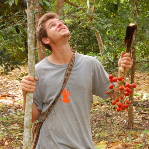 Robin van Loon and pijuayo palm fruit at Baltimori. © Photo by Campbell Plowden/Center for Amazon Community Ecology