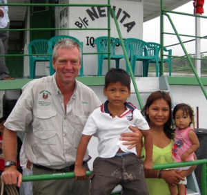 Devon Graham with children patients on the Nenita. © Photo by Project Amazonas