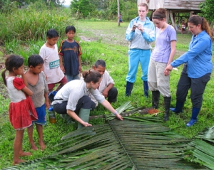 Project Amazonas students learnng to thatch palm leaves. © Photo by Project Amazonas