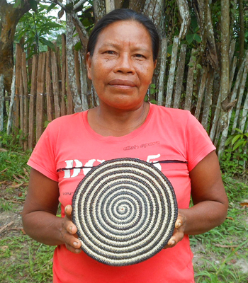 Alejandrina Benites - Huitoto artisan from Puca Urquillo Huitoto with Amazon hot pad. Photo by Yully Rojas Reategui/Center for Amazon Community Ecology