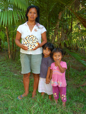 Ania Ruiz - Bora native artisan and daughters from Brillo Nuevo with Amazon hot pad. Photo by Campbell Plowden/Center for Amazon Community Ecology