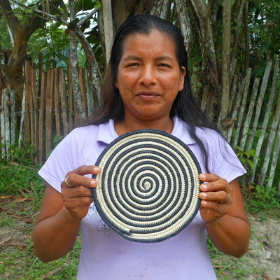 Cherly Flores - Huitoto artisan from Puca Urquillo Huitoto with Amazon hot pad. Photo by Yully Rojas Reategui/Center for Amazon Community Ecology