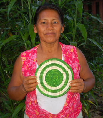 Graciela Pena Campos - Bora native artisan from Brillo Nuevo with Amazon hot pad. Photo by Yully Rojas Reategui/Center for Amazon Community Ecology