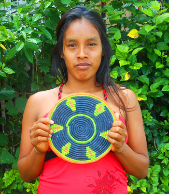 Kori Vasquez - Bora native artisan from Brillo Nuevo with Amazon hot pad. Photo by Yully Rojas Reategui/Center for Amazon Community Ecology
