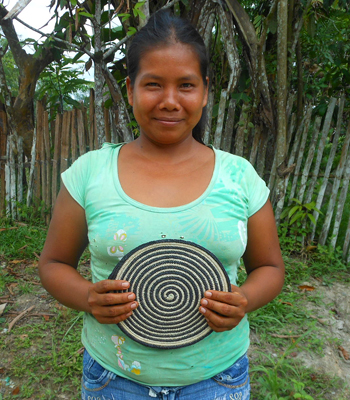 Ofelia Flores - Huitoto artisan from Puca Urquillo Huitoto with Amazon hot pad. Photo by Yully Rojas Reategui/Center for Amazon Community Ecology