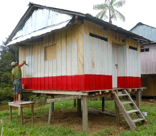 Painting Brillo Nuevo community pharmacy. Photo by Yully Rojas Reategui/Center for Amazon Community Ecology