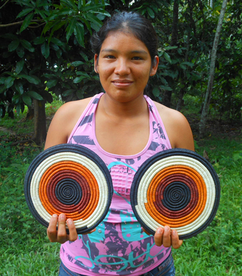 Rosa Condori - Bora native artisan from Brillo Nuevo with Amazon hot pad. Photo by Yully Rojas Reategui/Center for Amazon Community Ecology