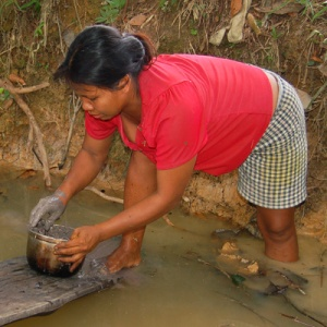 Mixing mud with mishquipanga dyed chambira. Photo by Campbell Plowden/Center for Amazon Community Ecology