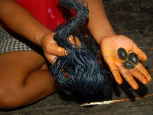 Chambira fiber dyed with mishquipanga and mud. Photo by Campbell Plowden/Center for Amazon Community Ecology