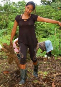 Kori Vasquez carrying yuca roots. Photo by Campbell Plowden/Center for Amazon Community Ecology