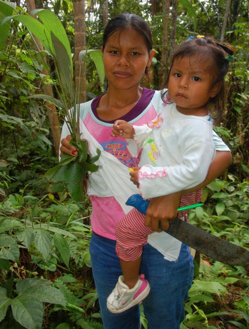 Maria Roque and daughter with chambira seedling. Photo by Campbell Plowden/Center for Amazon Community Ecology