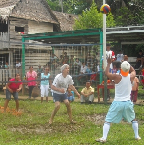 Campbell Plowden playing volleyball at Brillo Nuevo. Photo by Amrit Moore/Center for Amazon Community Ecology