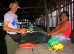 Campbell Plowden buying chambira basket from Chino artisan. Photo by Amrit Moore/Center for Amazon Community Ecology