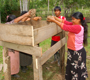 Building a planter box for guisador with Bora artisan at Brillo Nuevo.  Photo by Campbell Plowden/Center for Amazon Community Ecology