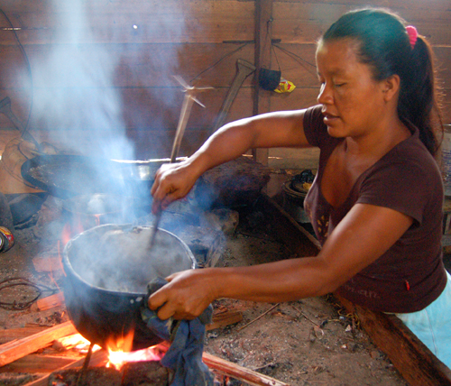 Bora artisan from Brillo Nuevo cooking chambira fiber with grated guisador root. Photo by Campbell Plowden/Center for Amazon Community Ecology