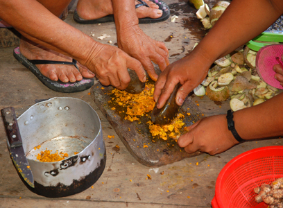Artisans from Chino pounding guisador roots with stones. Photo by Campbell Plowden/Center for Amazon Community Ecology