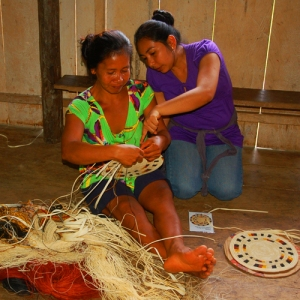 Ania teaching Jill to make hot pad. Photo by Campbell Plowden/Center for Amazon Community Ecology