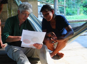 Campbell Plowden discussing basket design with Maijuna artisan.  Photo by Tulio Davila/Center for Amazon Community Ecology