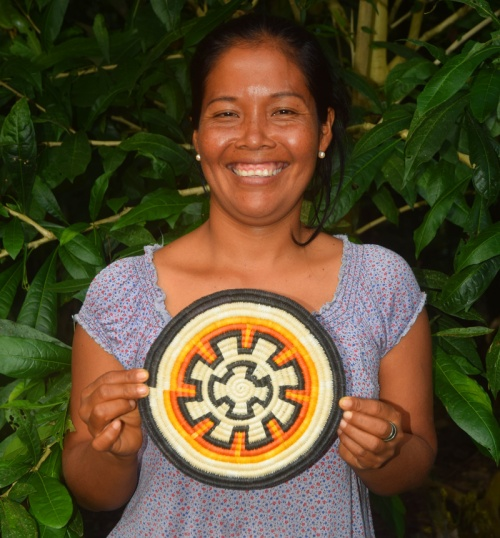 Artisan Milda Q from Puca Urquillo Bora with her hot pad made from chambira palm fiber in cooperation with CACE. Photo by Campbell Plowden / Center for Amazon Community Ecology