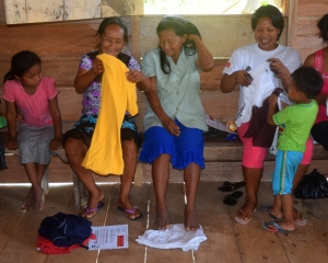 Brillo Nuevo artisans receiving donated clothing. Photo by Campbell Plowden/CACE