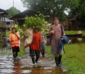 Rosewood team returning to Brillo Nuevo in rainy season. Photo by Campbell Plowden/Center for Amazon Community Ecology