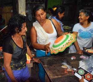 Segundina giving pointers to Pilar about basket color and finish. Photo by Campbell Plowden/CACE